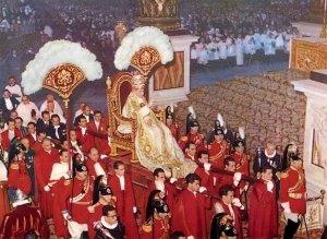 Papa Pio XII na sedia gestatoria, basilica de Sao Pedro - cover
