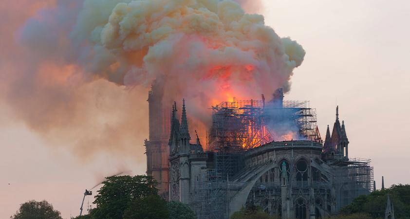 C'est avec horreur et une tristesse indicible que le monde entier a vu Notre-Dame, joyau de la chrétienté, dévorée par les flammes...