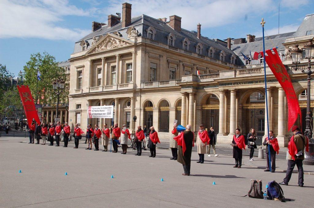 TFP - Après avoir distribué plus de 10 000 tracts à Paris dans la journée du jeudi 2 mai, les bénévoles de la TFP ont continué la campagne...
