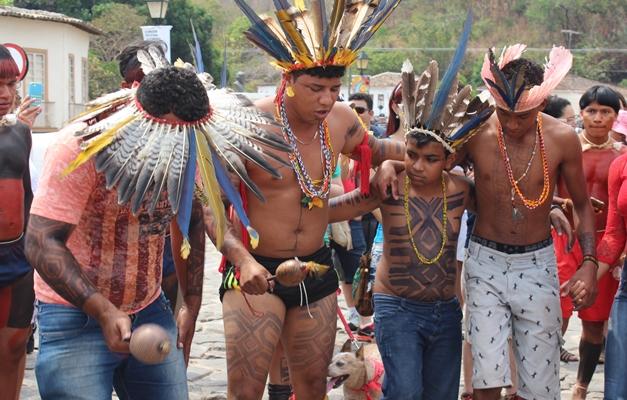 tribos indigenas marcam presenca no fica e atraem atencao dos turistas - Le synode des grandes ruptures