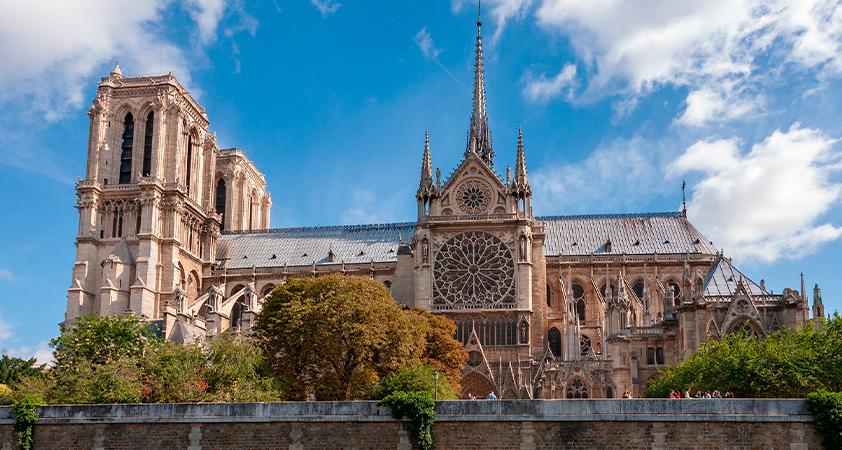 Non ! Notre-Dame de Paris ne doit être l'otage d'un opportunisme idéologique de mauvais aloi ; nul ne peut s'arroger le droit de la défigurer.