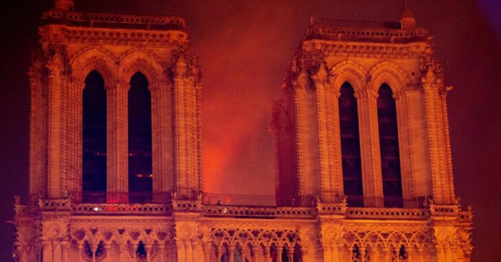 ...la population française remet en doute la thèse officielle selon laquelle l'incendie qui a ravagé la cathédrale Notre-Dame il y a un an est de nature...