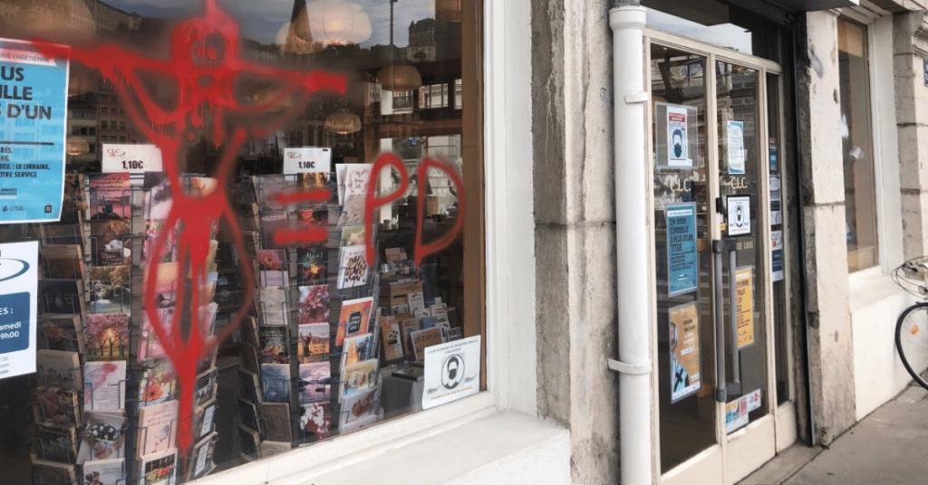 The Great Reset 6 1024x536 - Lyon : une librairie chrétienne recouverte d'infâmes inscriptions !